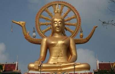 Goudkleurige Big Buddha Tempel, Tegen De Achtergrond Van Een Helder Blauwe Lucht.