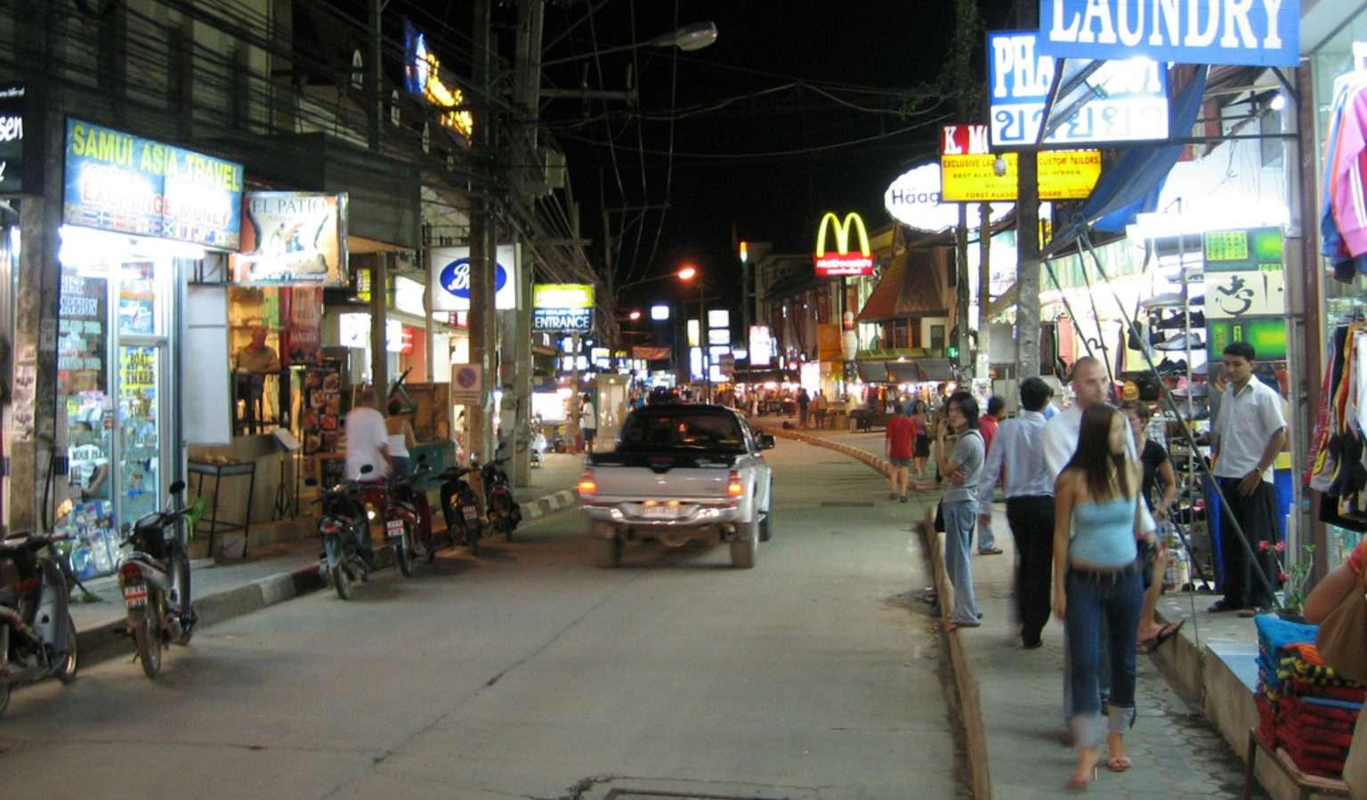 Walking street nabij Chaweng Beach in de avond met winkelende mensen