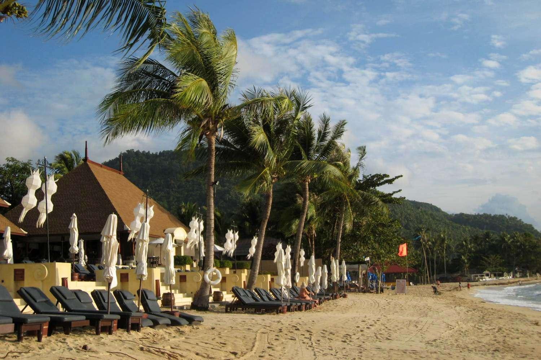 Ligbedden met parasols op het strand van Lamai Beach