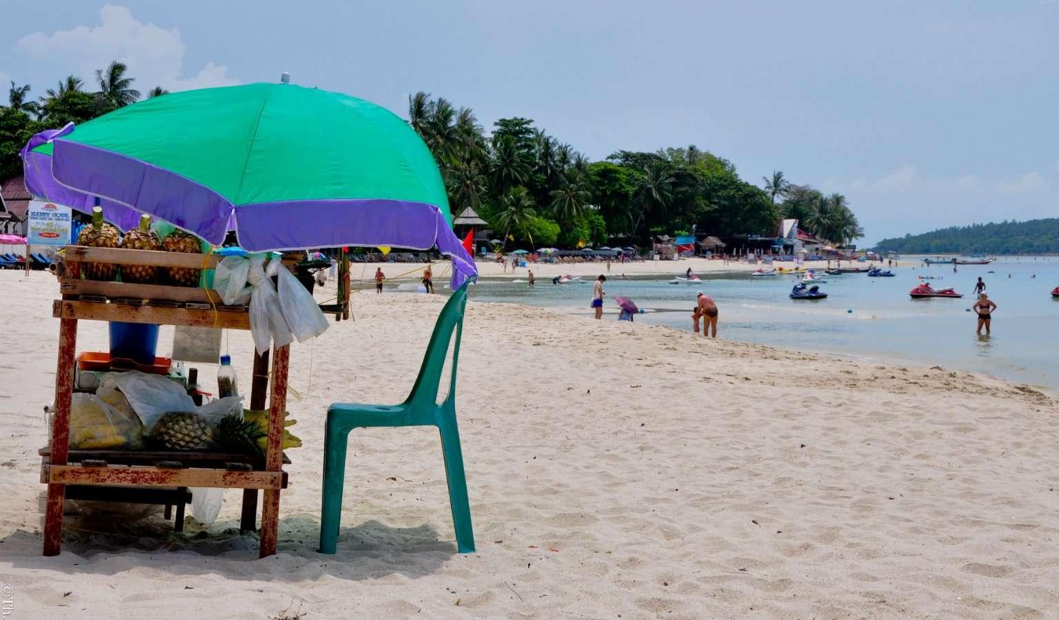 Klein winkeltje met stoel op het Strand van Bophut Beach.