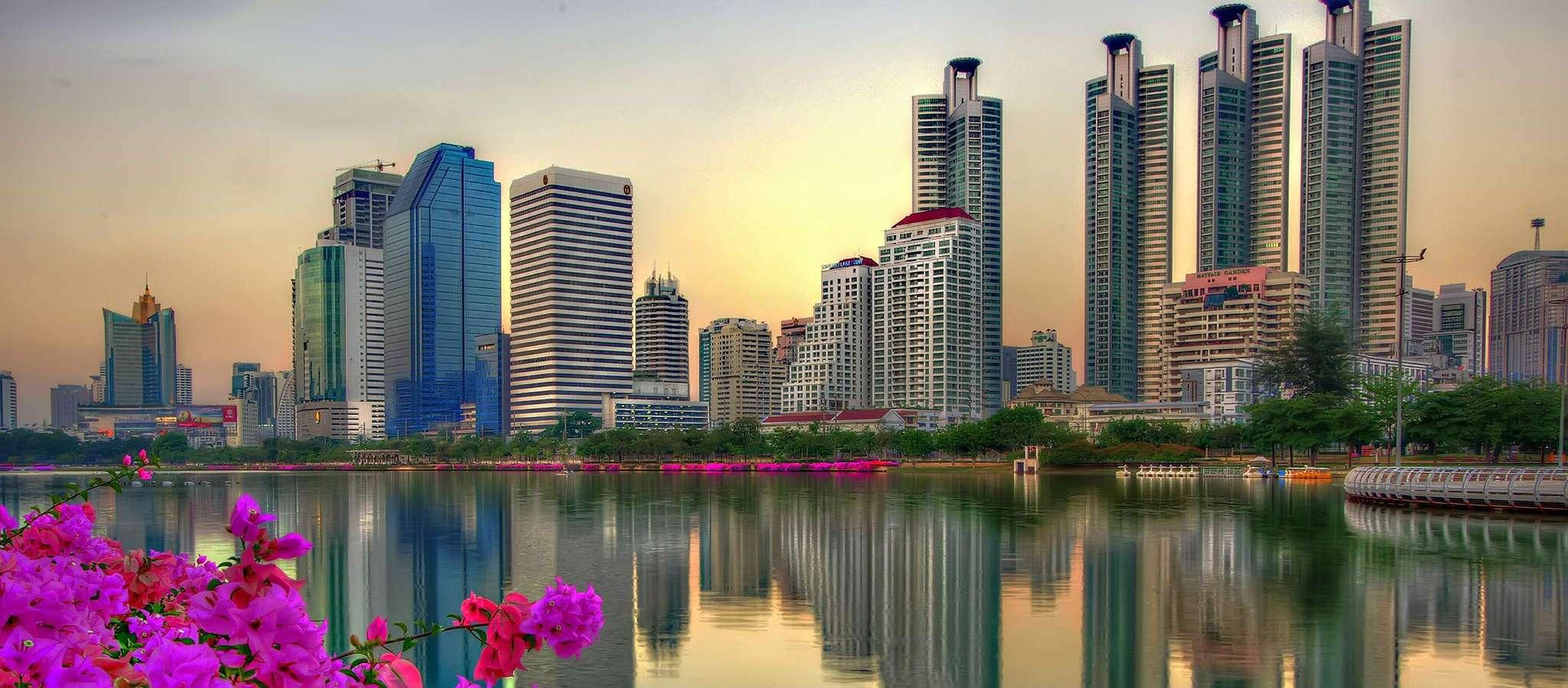 Benjakiti Park tijdens invallende schemering in Bangkok