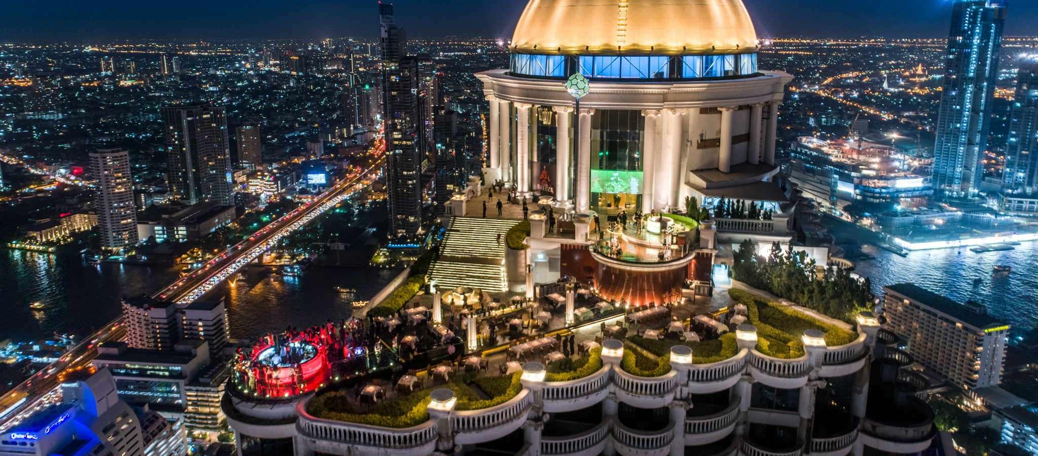 Lebua de Hangover Sky Bar bij nacht gefotografeerd vanuit de lucht