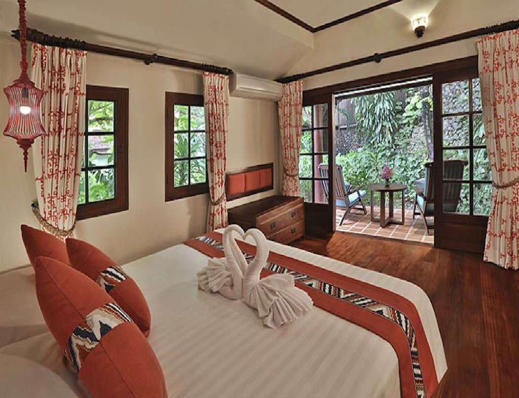 Mooi opgemaakt bed in Luxe hotelkamer nabij Chaweng Beach