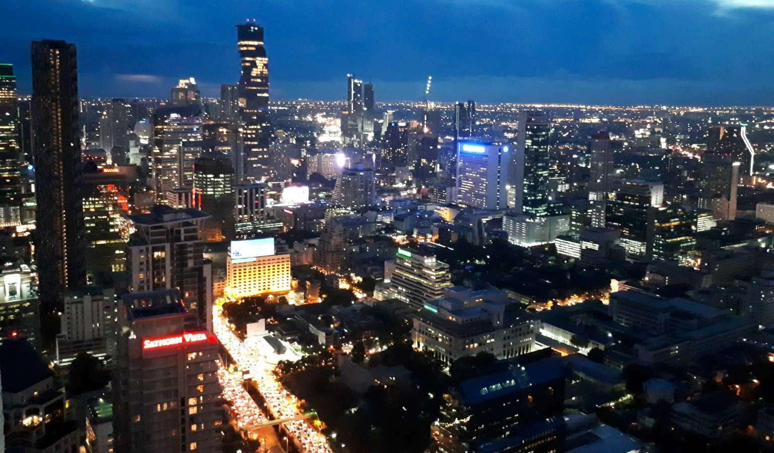 Sky line van nachtelijk Bangkok met Lichtjes