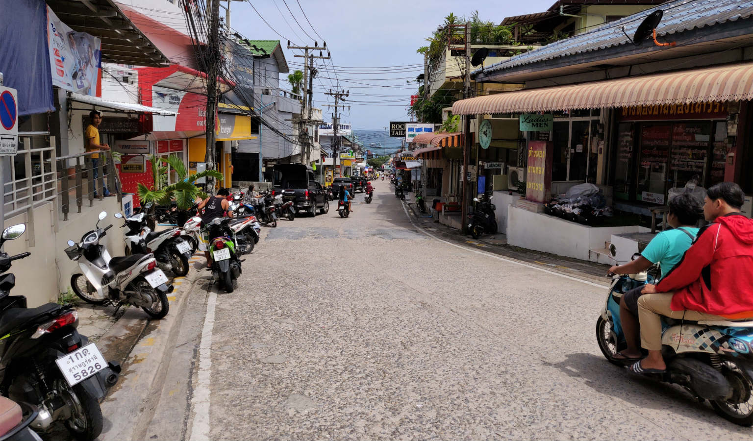 Straat naar de Mae Haad Pier, Ko Tao in Thailand