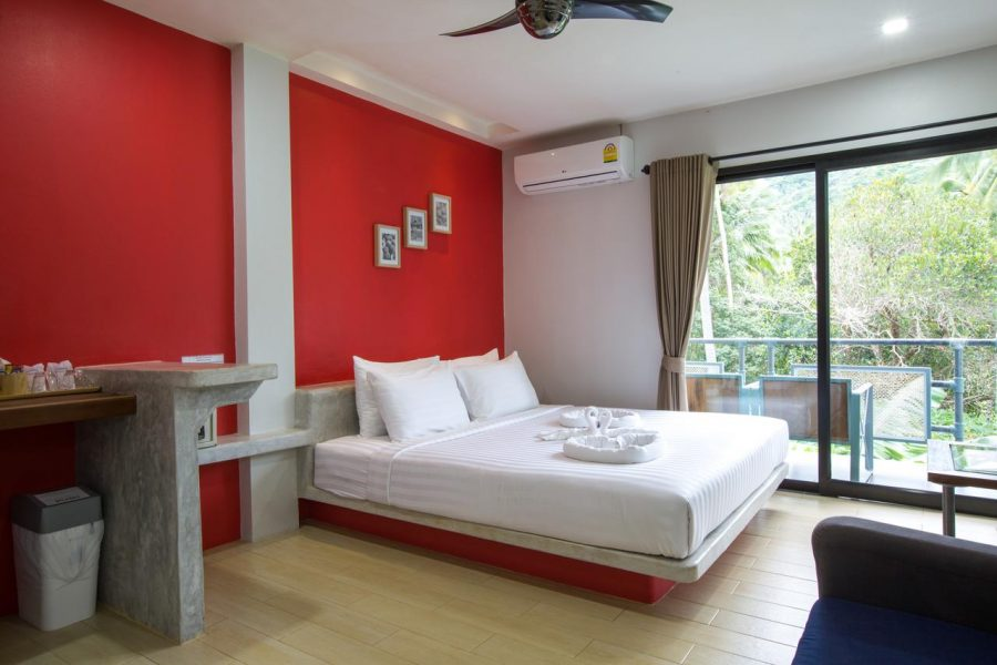 Hotelkamer met bed en balkon van Good Dream Hotel (Khun Ying House) op Sairee Beach in Koh Tao, Thailand