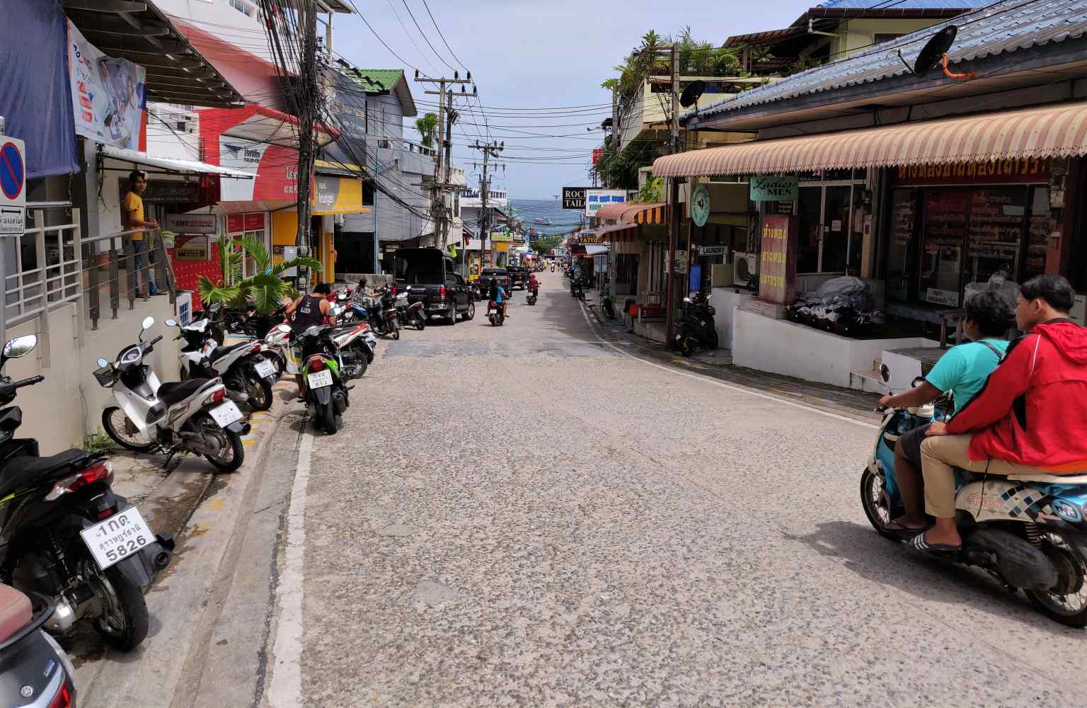 Weg naar de Mae Haad Pier op Koh Tao in Thailand