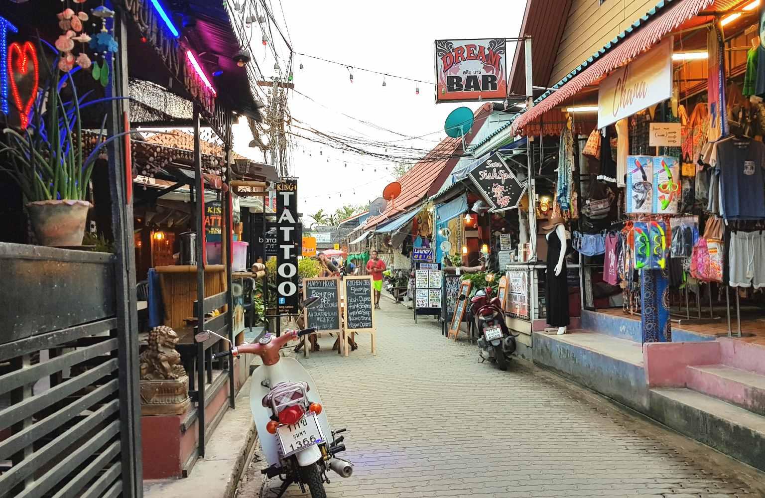 Stukje van het centrum van Sairee Beach (Walking Street) op Koh Tao