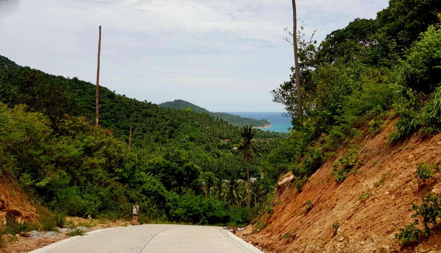 meisje lopend over weg van beton naar Mango Viewpoint
