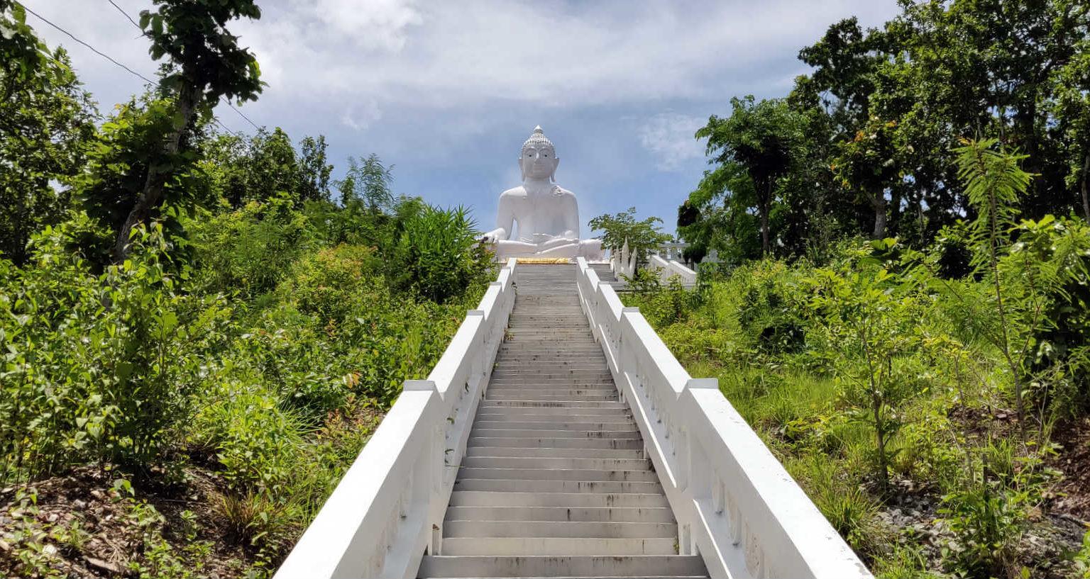 353 treden omhoog voor de Temple on the Hill in Pai, Thailand