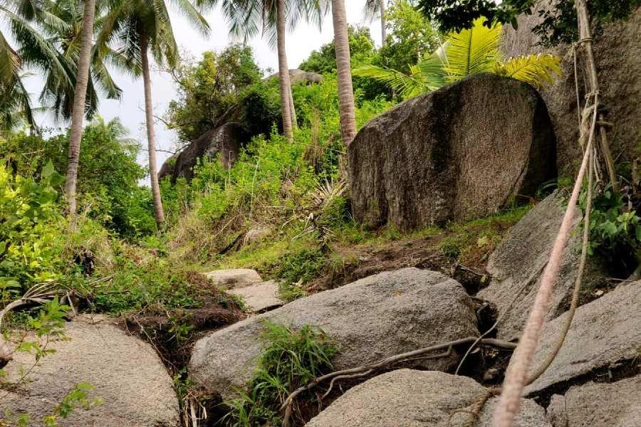 Naar boven klimmen over de rotsen richting John Suwan viewpoint