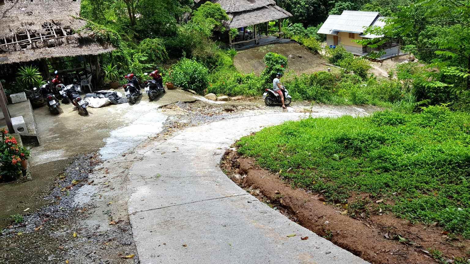 Scooter op stijlen weg naar Mango Viewpoint, Ko Tao