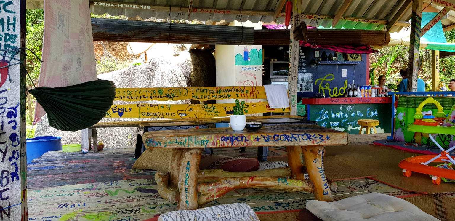 Restaurantje met teksten op de houten bank, tafel en vloer.