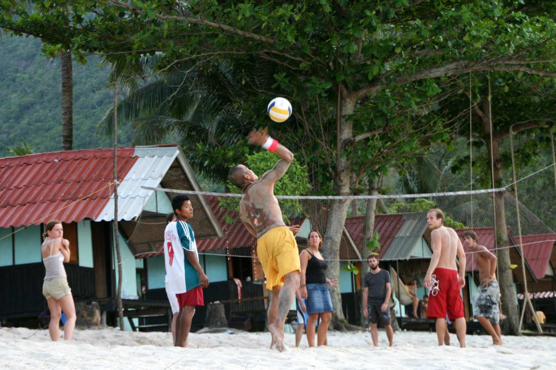 Groep speelt beach volleybal op Bottle Beach in Koh Phangan