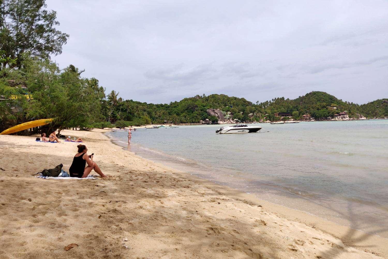 Meisje op het strand van Chalok Baan Kao Bay in Koh Tao tijdens hoog water