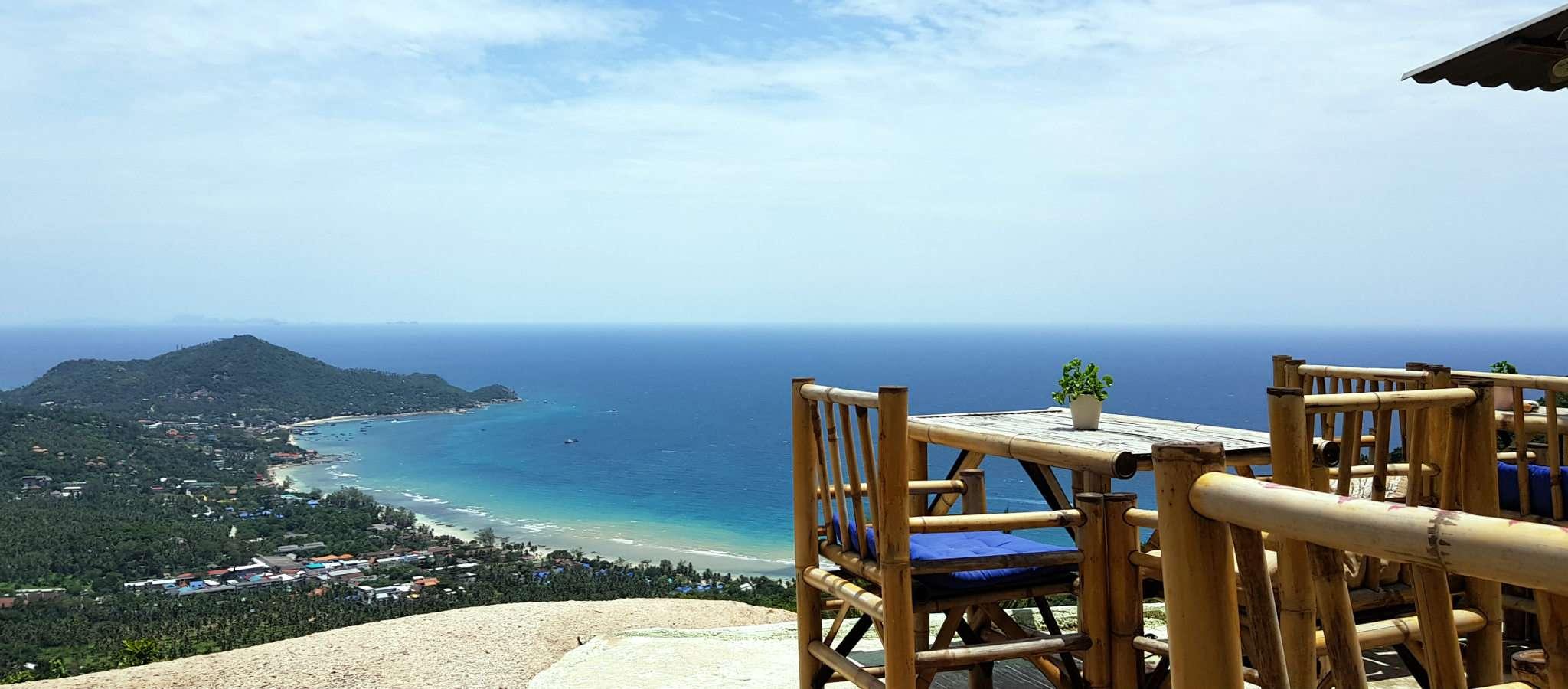 Mango Viewpoint, tafels en stoelen met uitzicht over Sairee Beach, Ko Tao