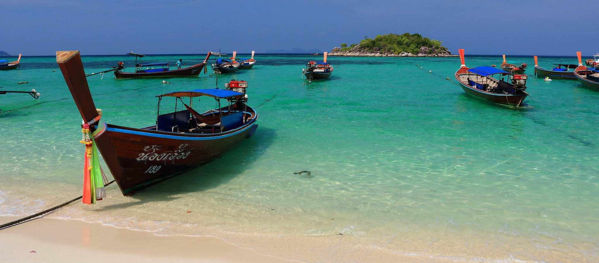 Het strand en de mooie zee van Sunrise Beach op Koh Lipe, Thailand