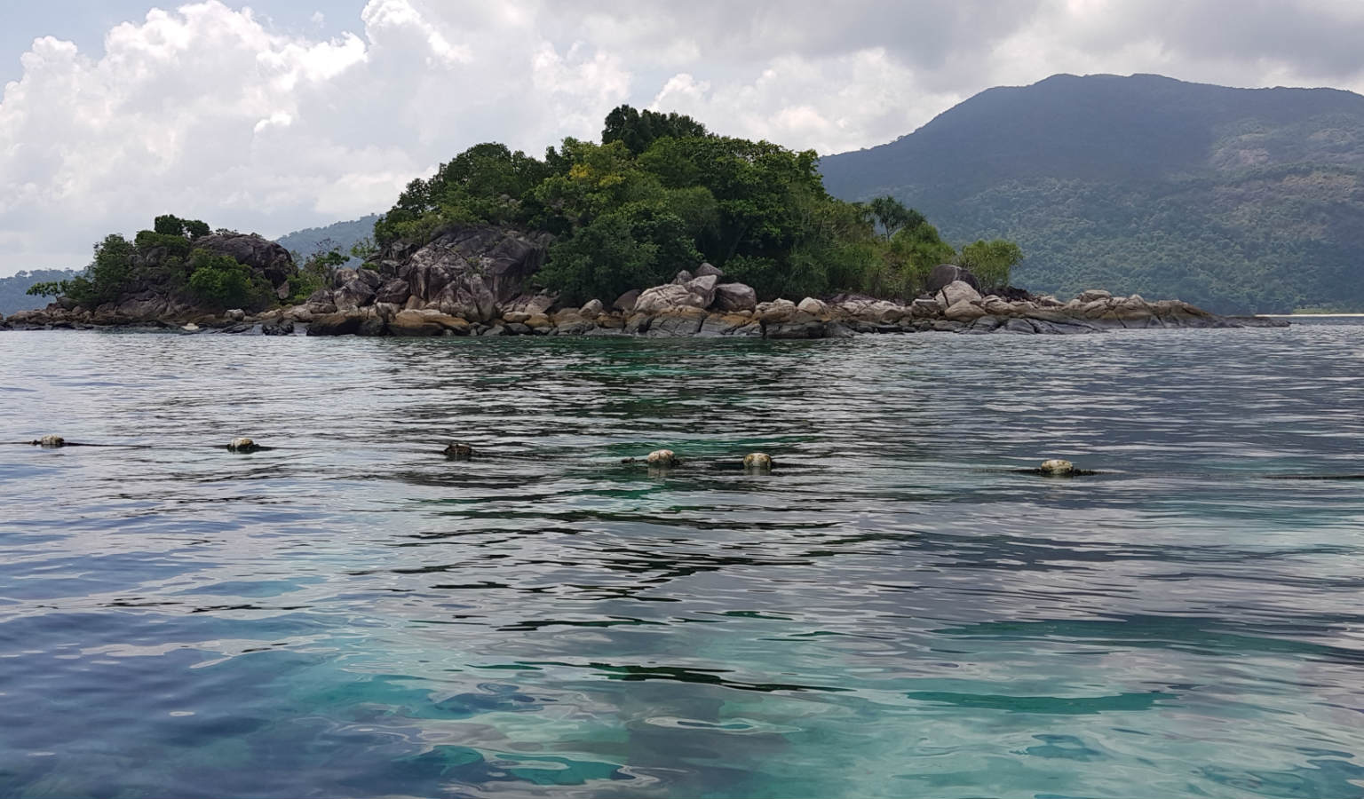 Het kleine eilandje voor de kust van Sunrise Beach in Koh Lipe