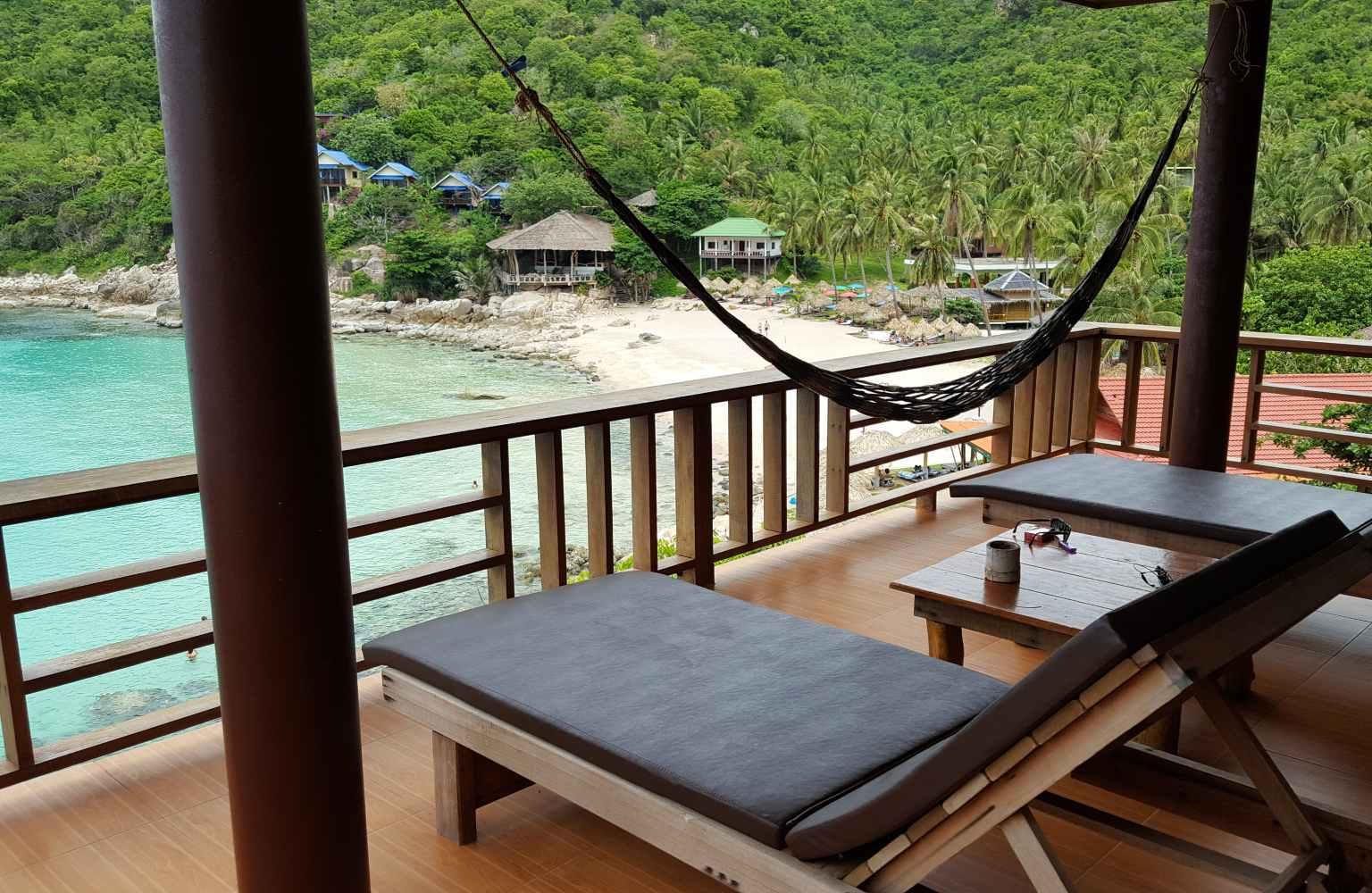 Een kamer van Aow Leuk Grand Hill met terras en uitzicht op de baai van Aow Leuk op Koh Tao