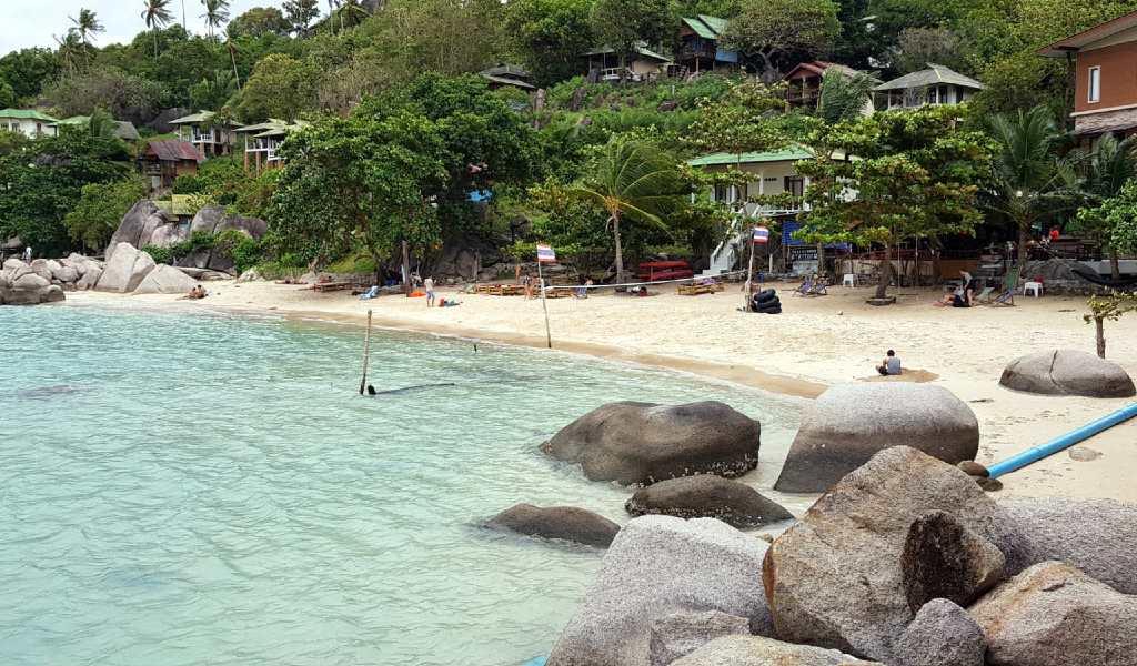 Het strand van Taa Toh Yai Beach rotsen op het strand in Ko Tao