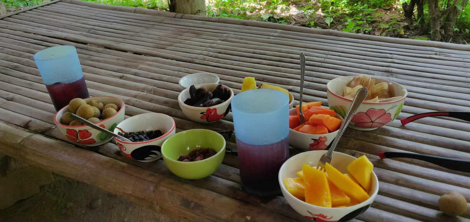 Hapjes en drankje bij de Pai Land Split (Longkong, zoete aardappel, bananenchips, pinda's, Mango enzovoorts)