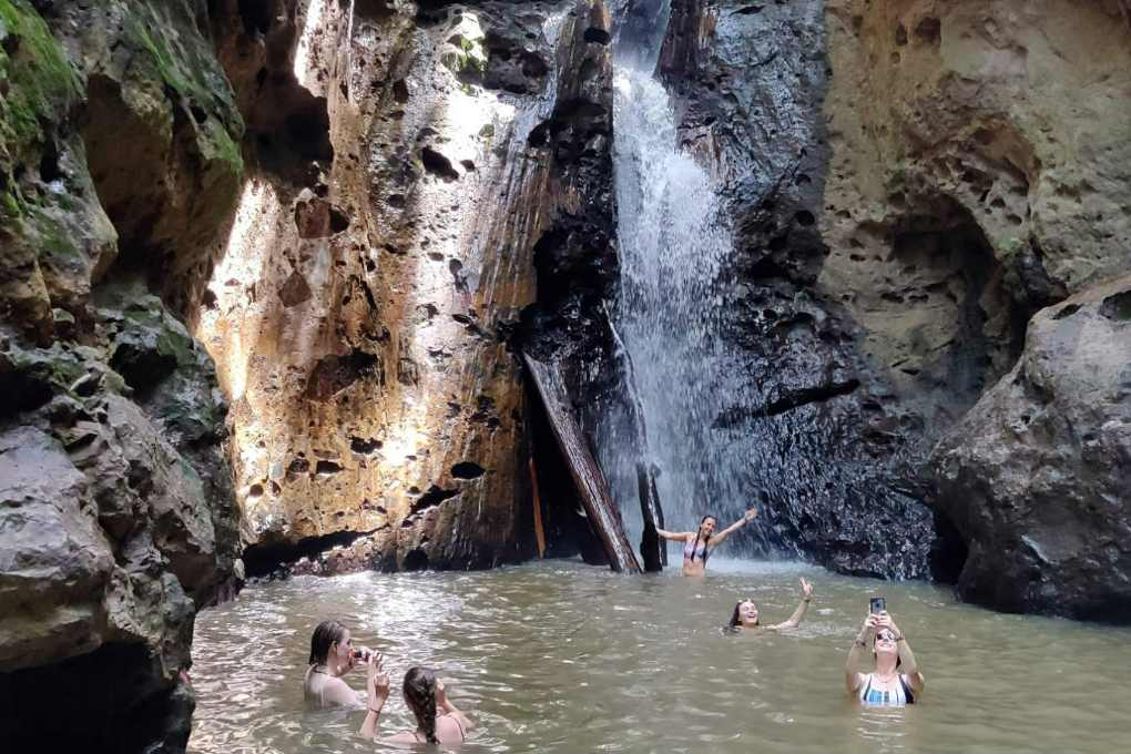 De Pam Bok waterval vlakbij Pai met een paar mensen poserend in het water