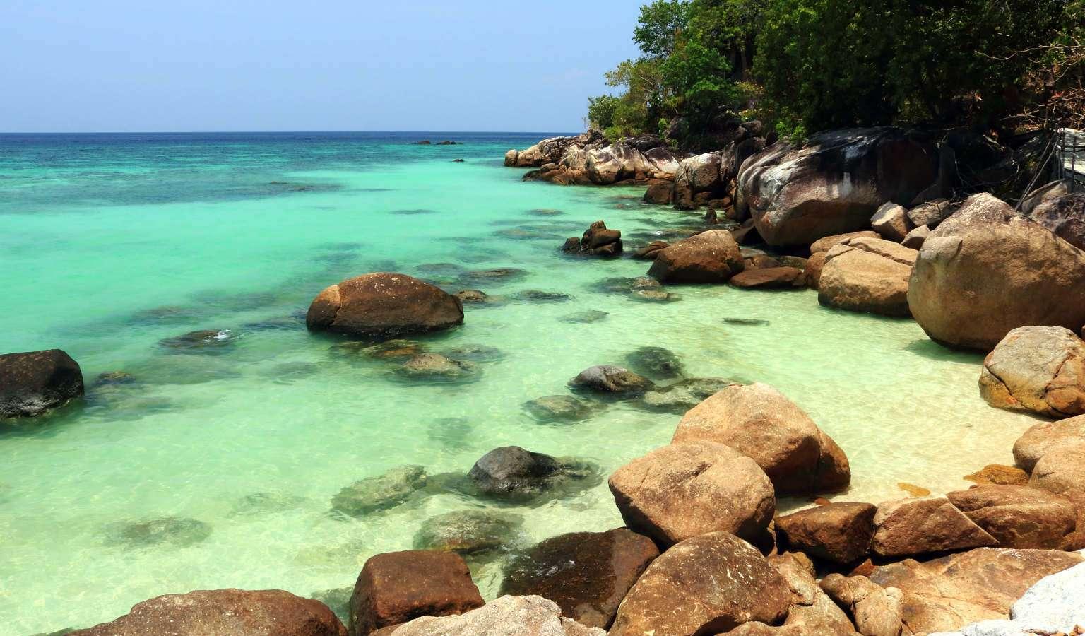 het blauwgroene zeewater van Pattaya Beach in Koh Lipe, Thailand