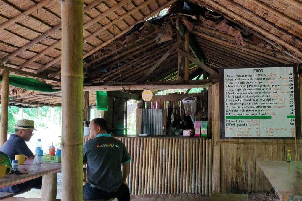 Eettentje bij de Sai Ngam Hot Sping in Pai
