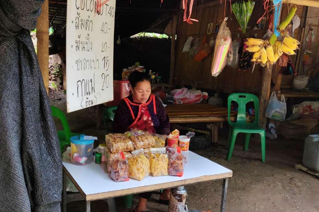 Snacks verkopen bij de Sai Ngam Hot Sping in Pai