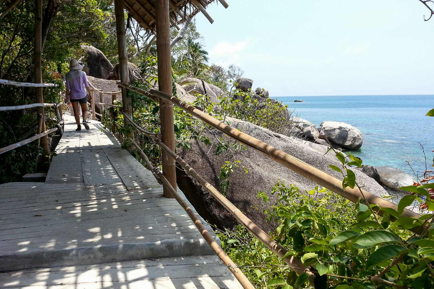Walking route to Sai Nuan on Koh Tao with a beautiful view of the sea