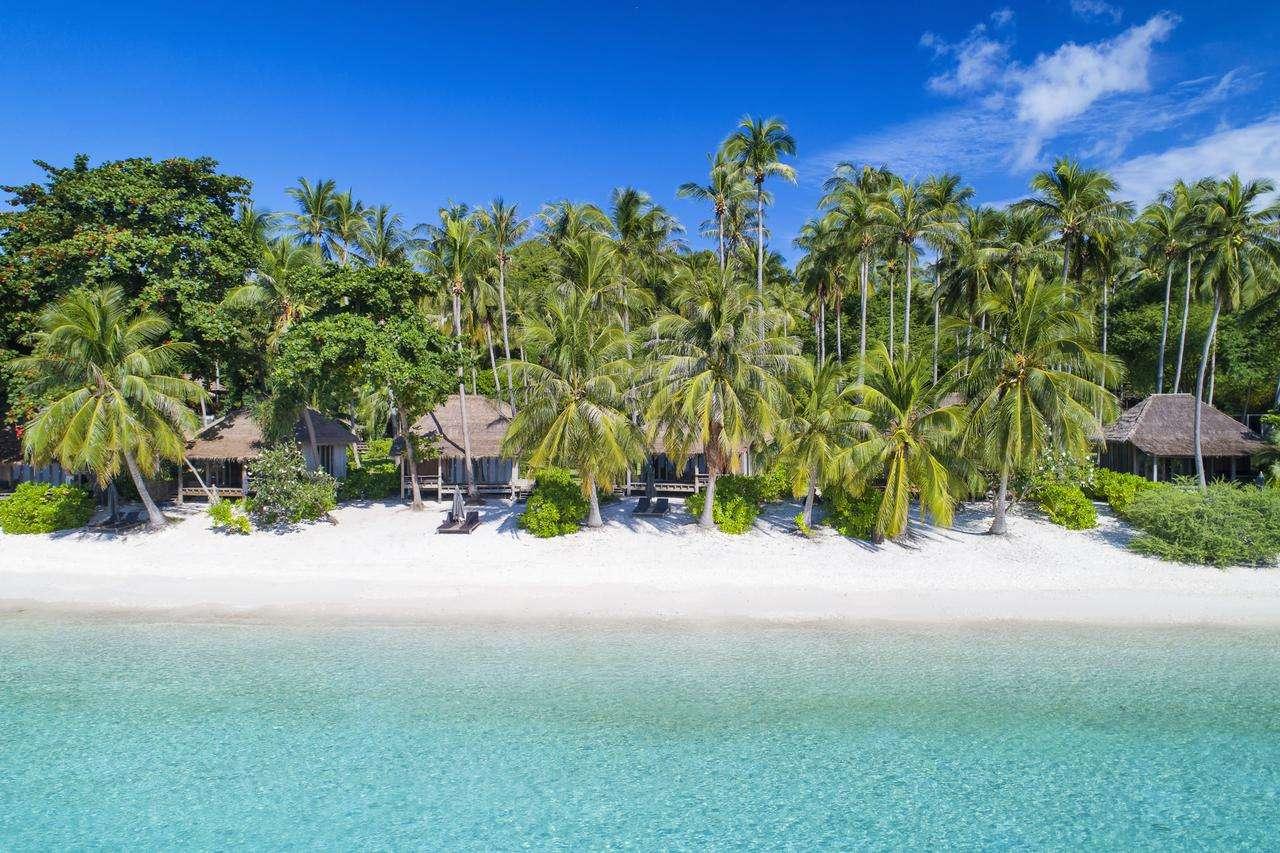 Shark Bay (Thian Og Bay) Wit strand met palmbomen en blauw zee.