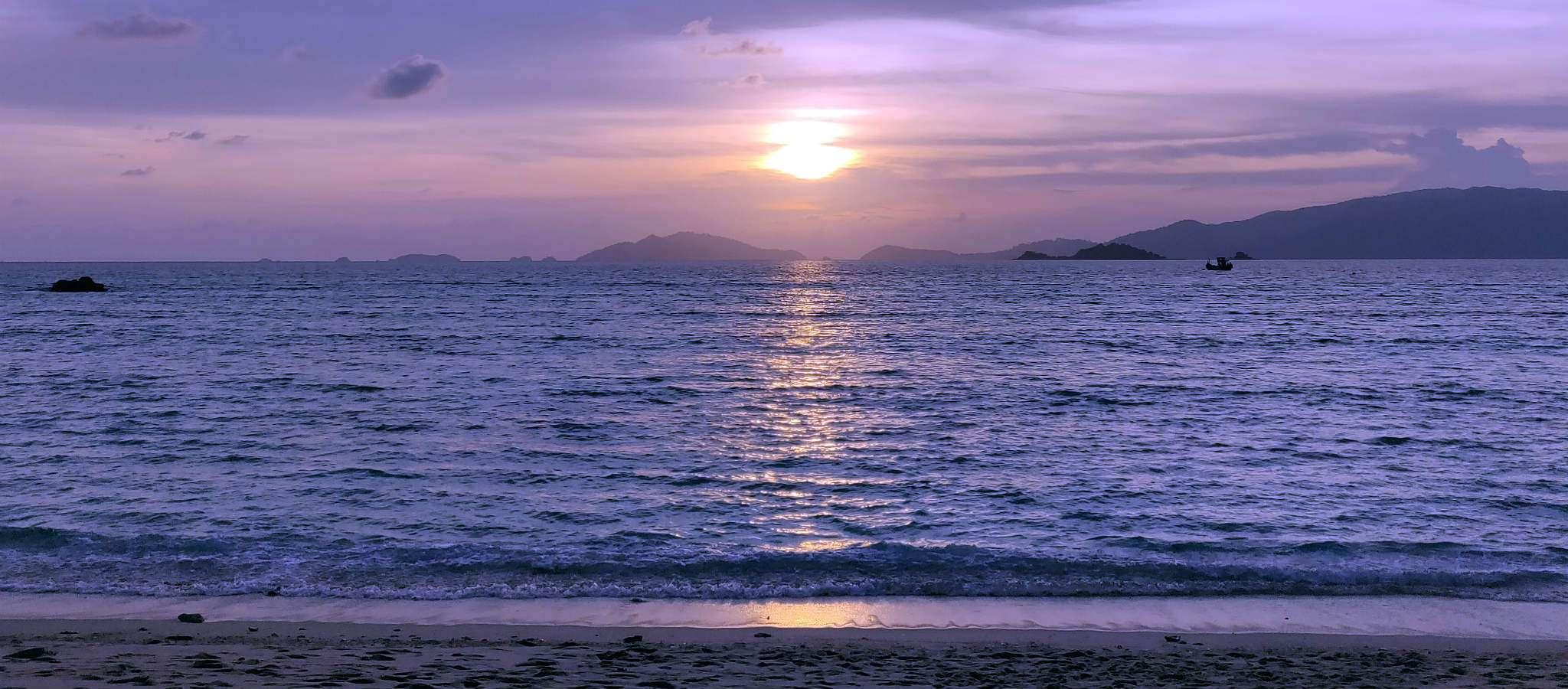 Zonsondergang met paarse lucht op Sunset Beach Koh Lipe, Thailand