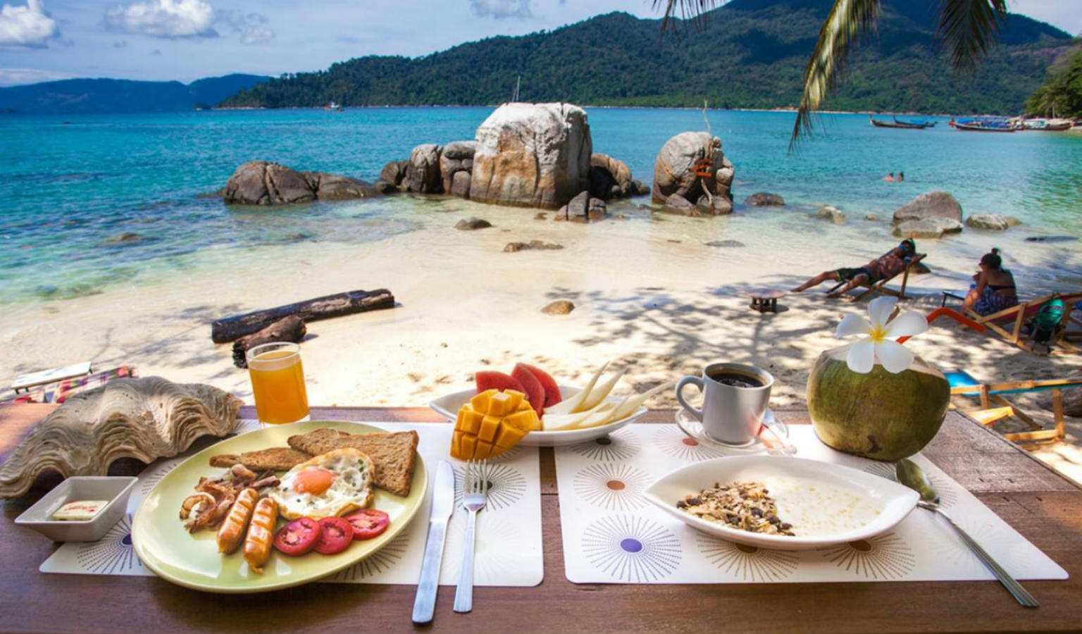 Ontbijtje met uitzicht op Sunset Beach bij het Bayview Sunset Resort op Koh Lipe