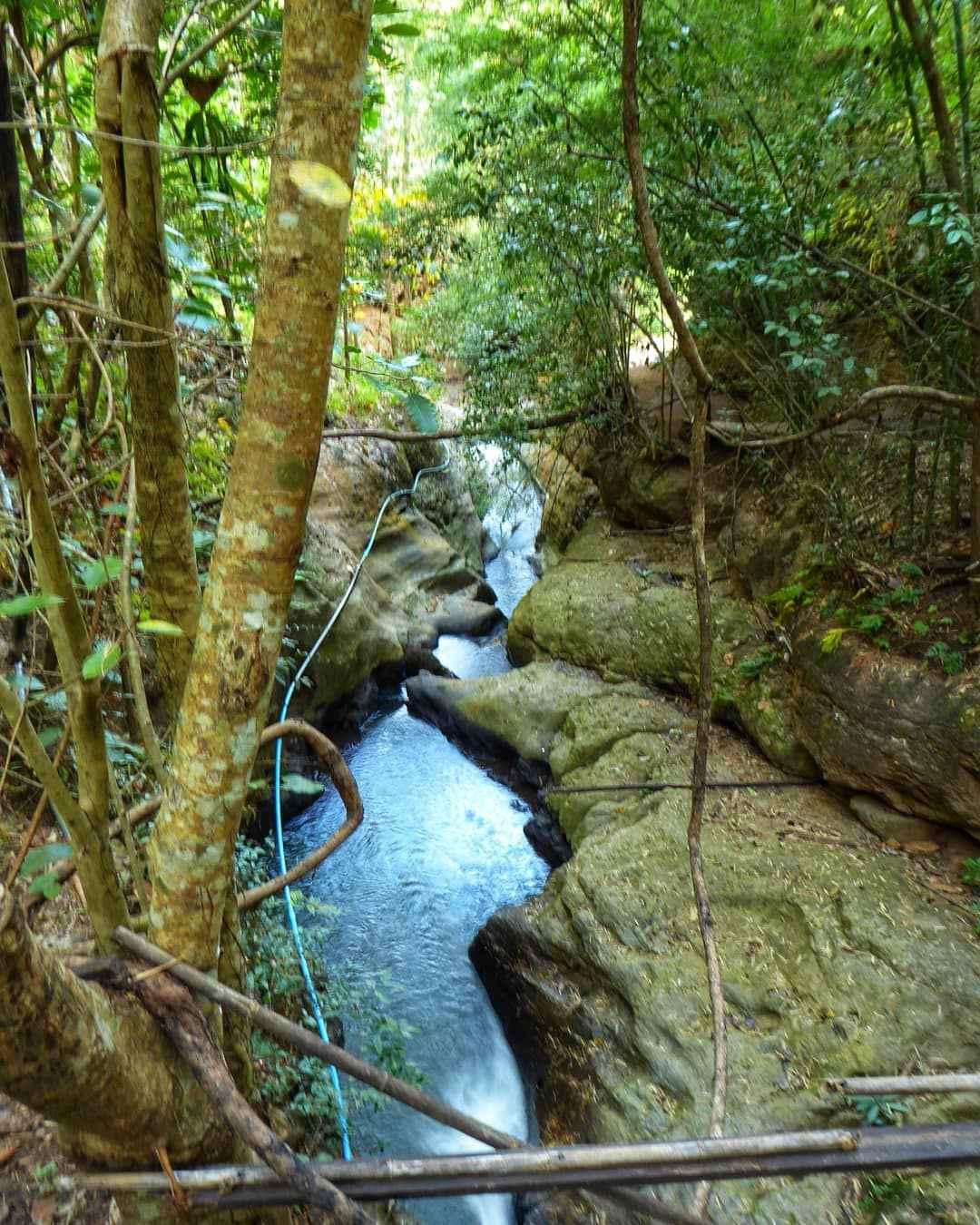 Een waterstroom van de Pam Bok Waterval in Pai