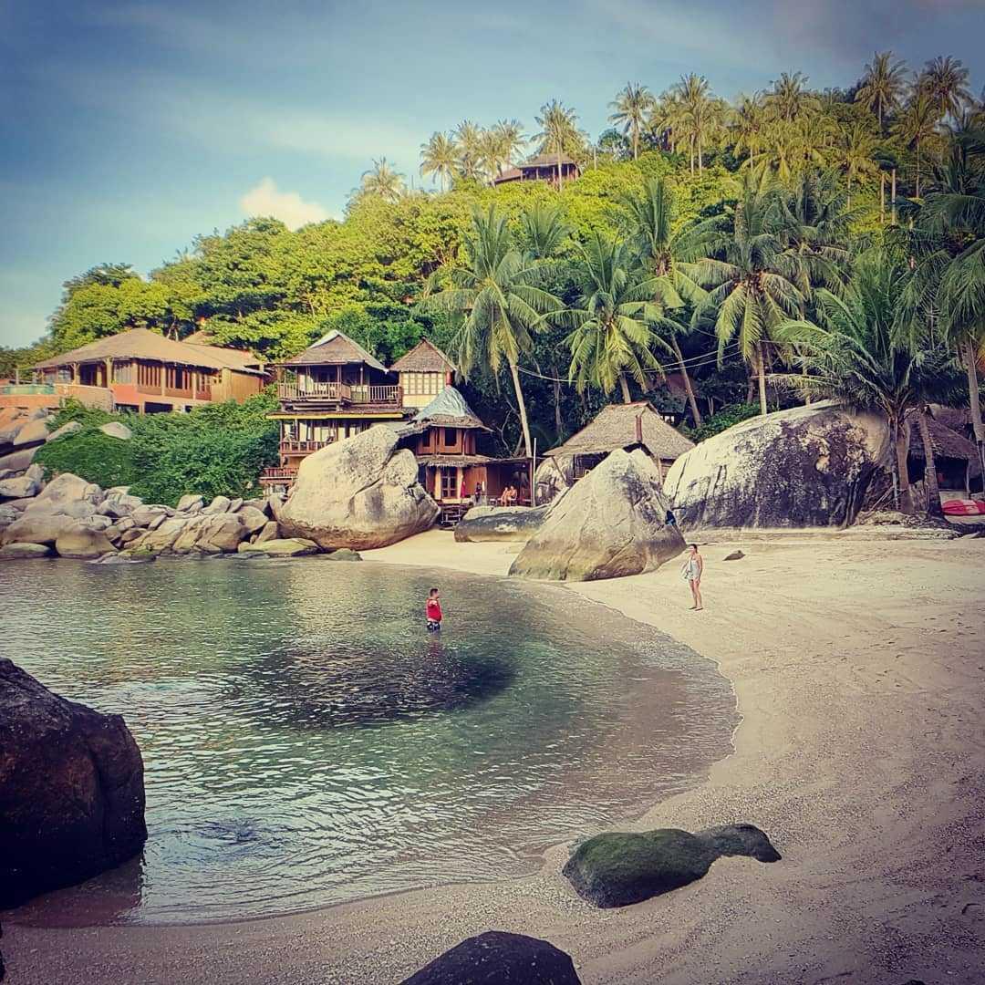 Het strand van Jansom Bay op Koh Tao, Thailand