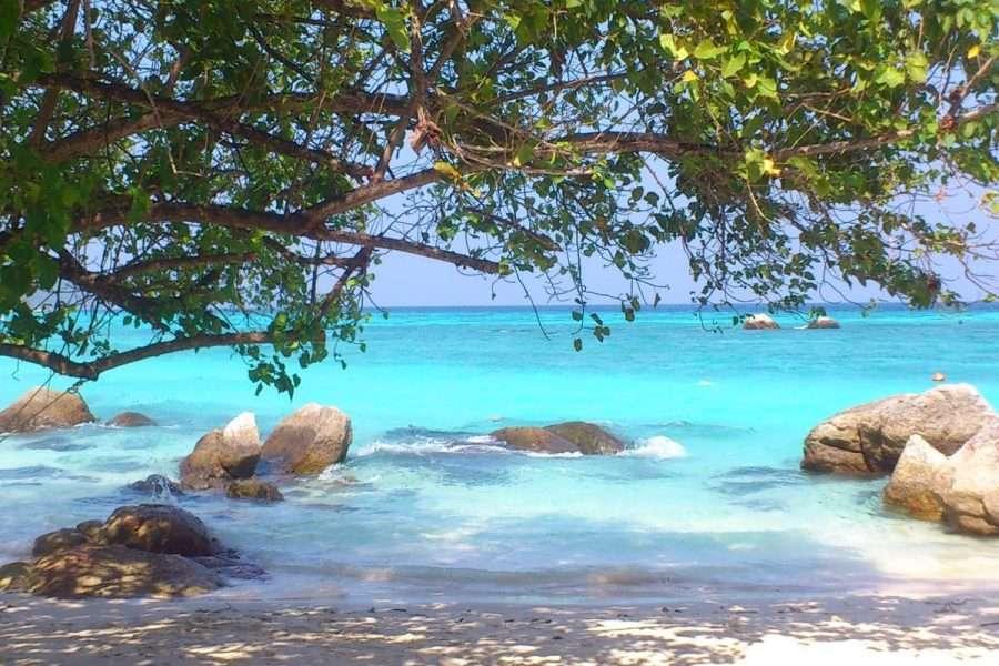 Uitzicht op de mooie blauwe zee vanaf het Ten Moons Resort in Koh Lipe