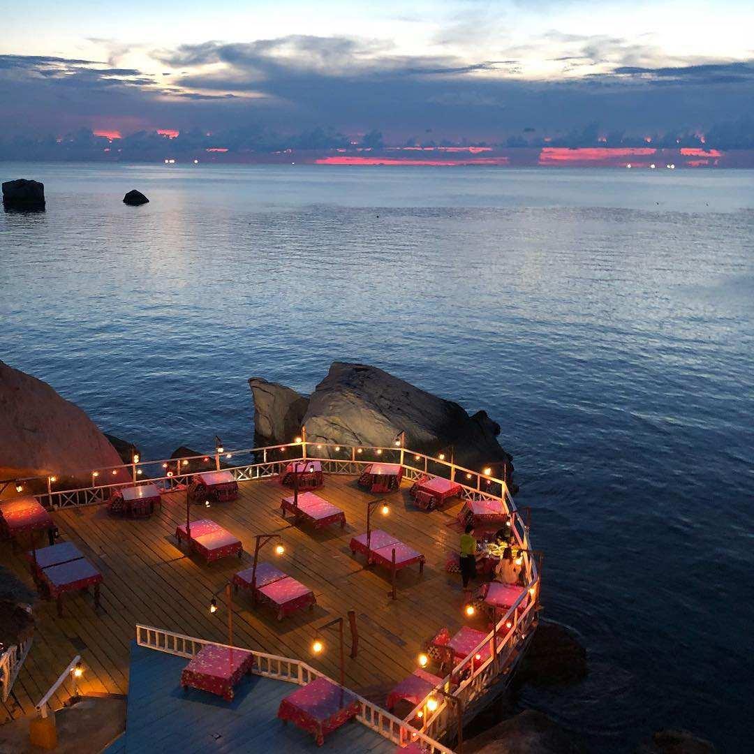 Het restaurant van Charm Churee Villa aan Jansom Bay op Koh Tao wat boven water uitsteekt