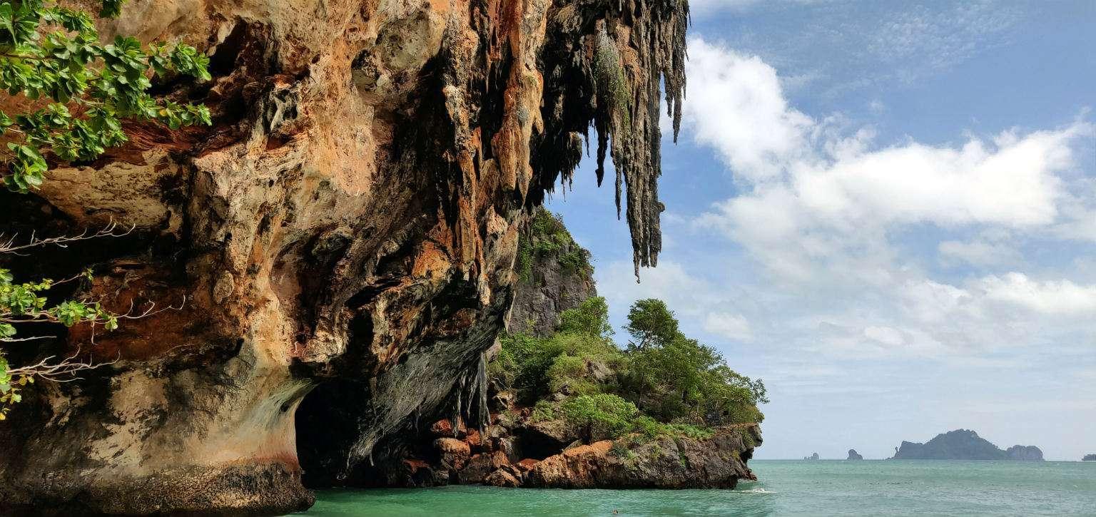 Spectaculair overhangende rotsen bij het strand van Ao Phra Nang Beach