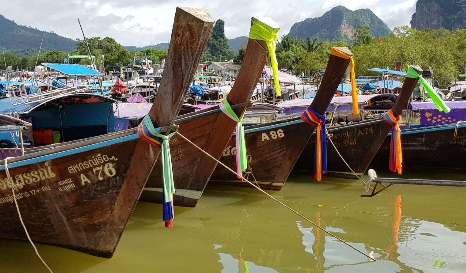 Longtail boten klaar voor vertrek bij de pier van Ao Nang Krabi