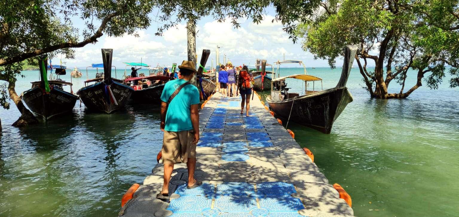 Longtailboten aan drijvende pier van Railay East, Krabi