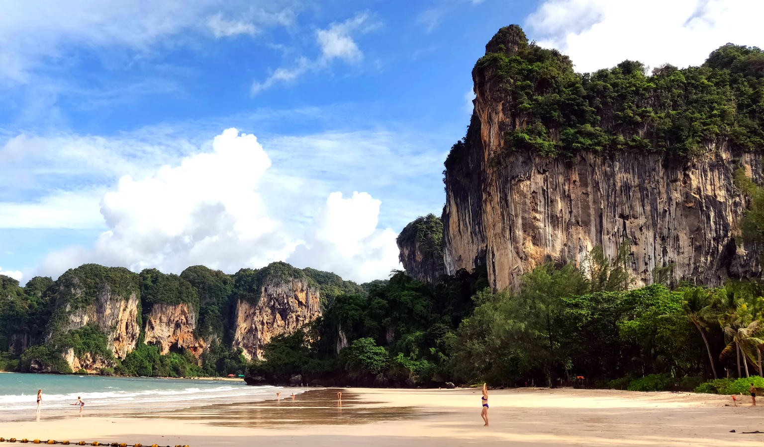 Railay West beach omzoomd met rotsen
