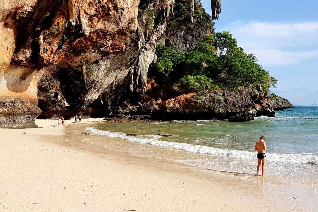 Bizarre rotsen op het strand van Railay Beach, Krabi