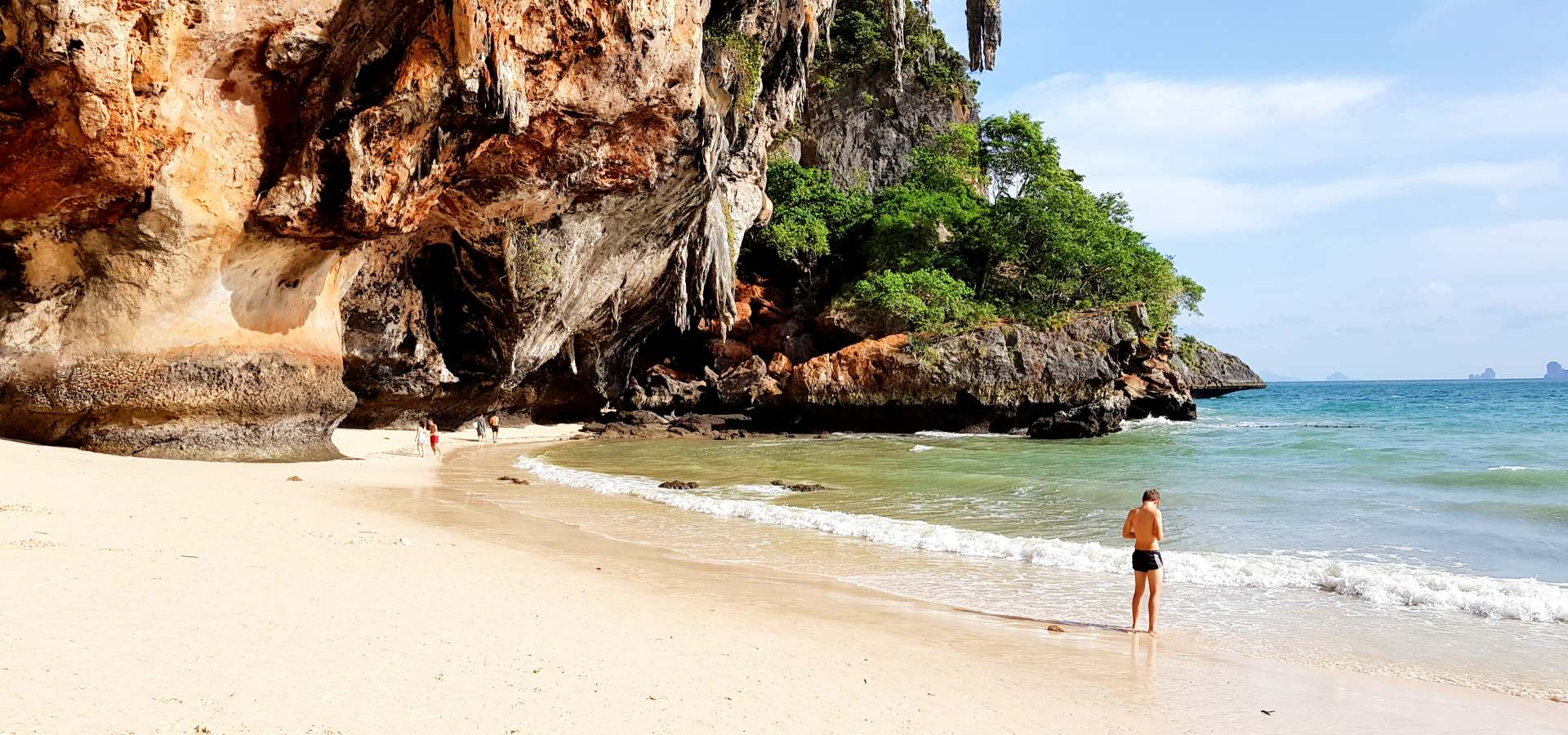 strand en bizarre rotsen op Railay Beach in Krabi