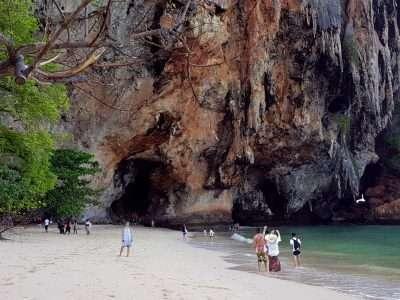 Karstgebergte Op Het Strand Van Ao Phra Nang Beach. Krabi