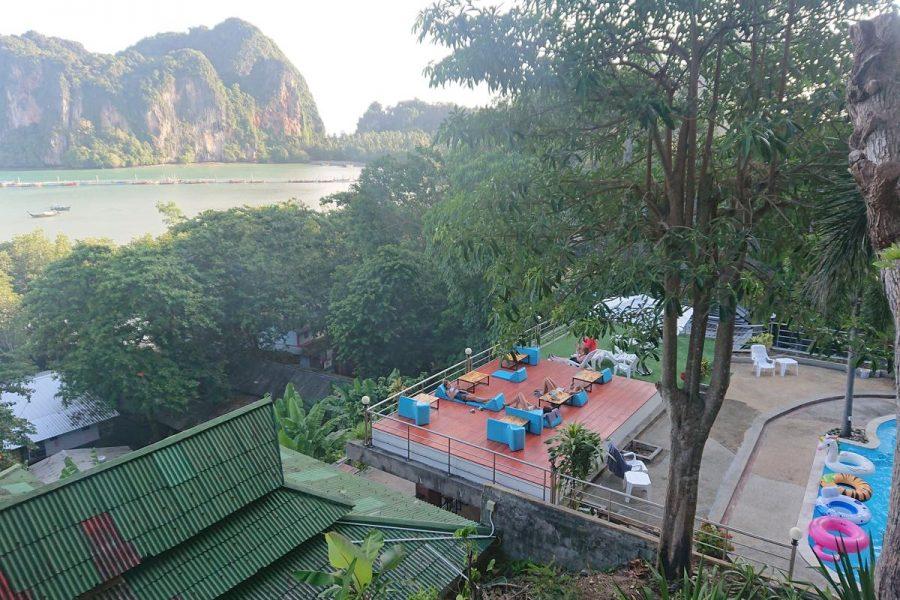 Terras en zwembad van hostel Blanco Hideout Railay