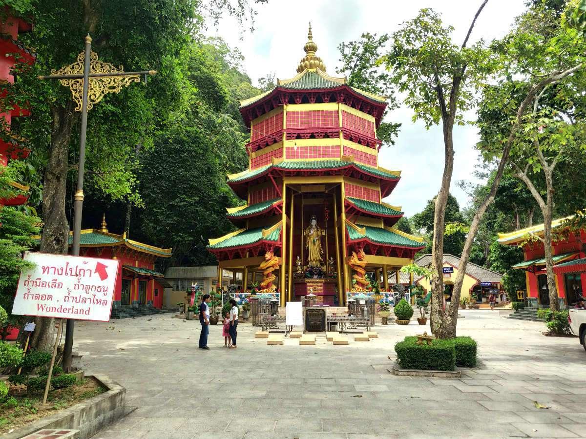 Velkleurige Pagode bij Wonderland in de Tiger Tempel in Krabi
