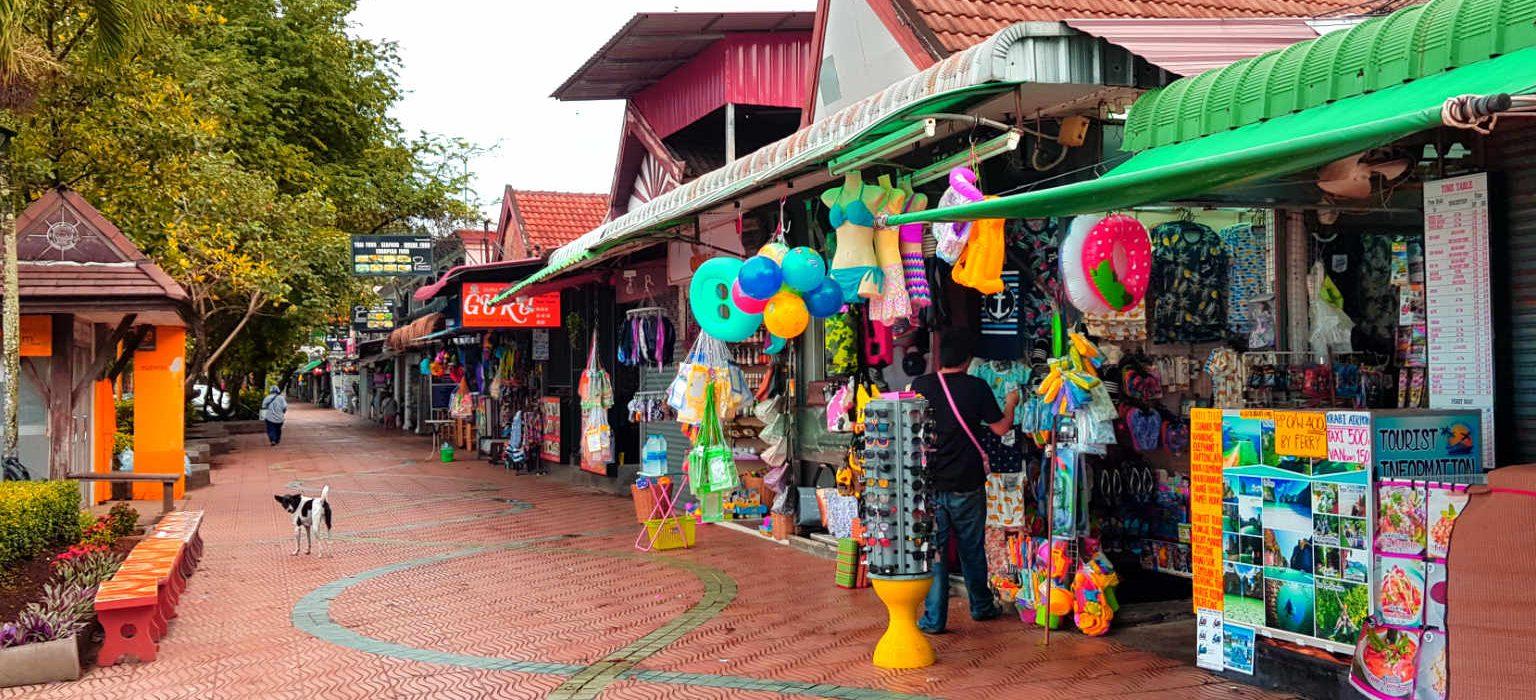 Reisbureautjes en winkeltjes aan de boulevard van Ao Nang Beach