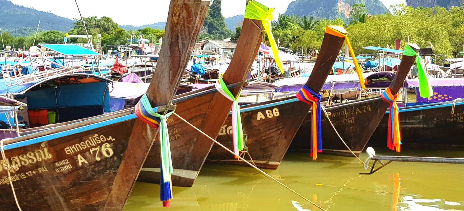 Longtailboten bij de pier van Ao Nang klaar voor vertrek