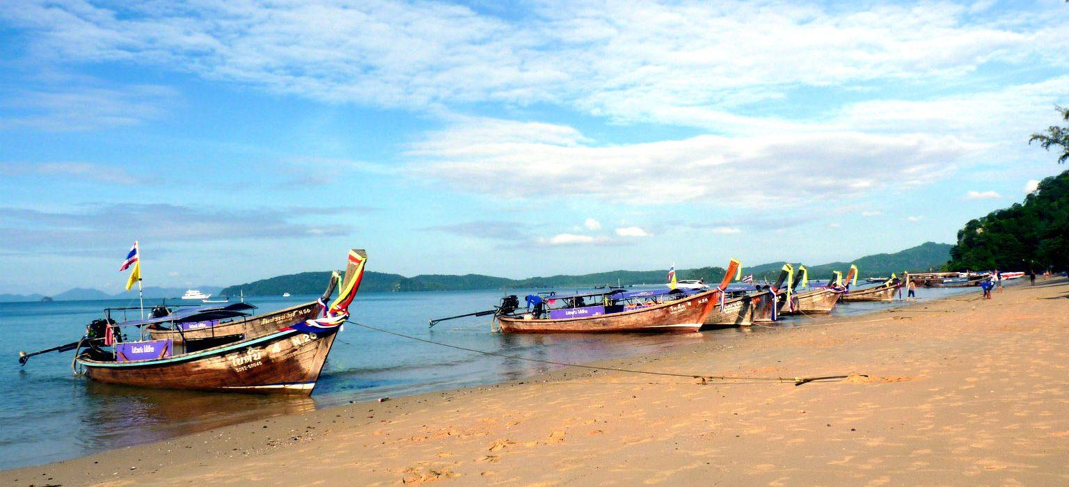 Longtailboten aan het strand van Ao Nang.