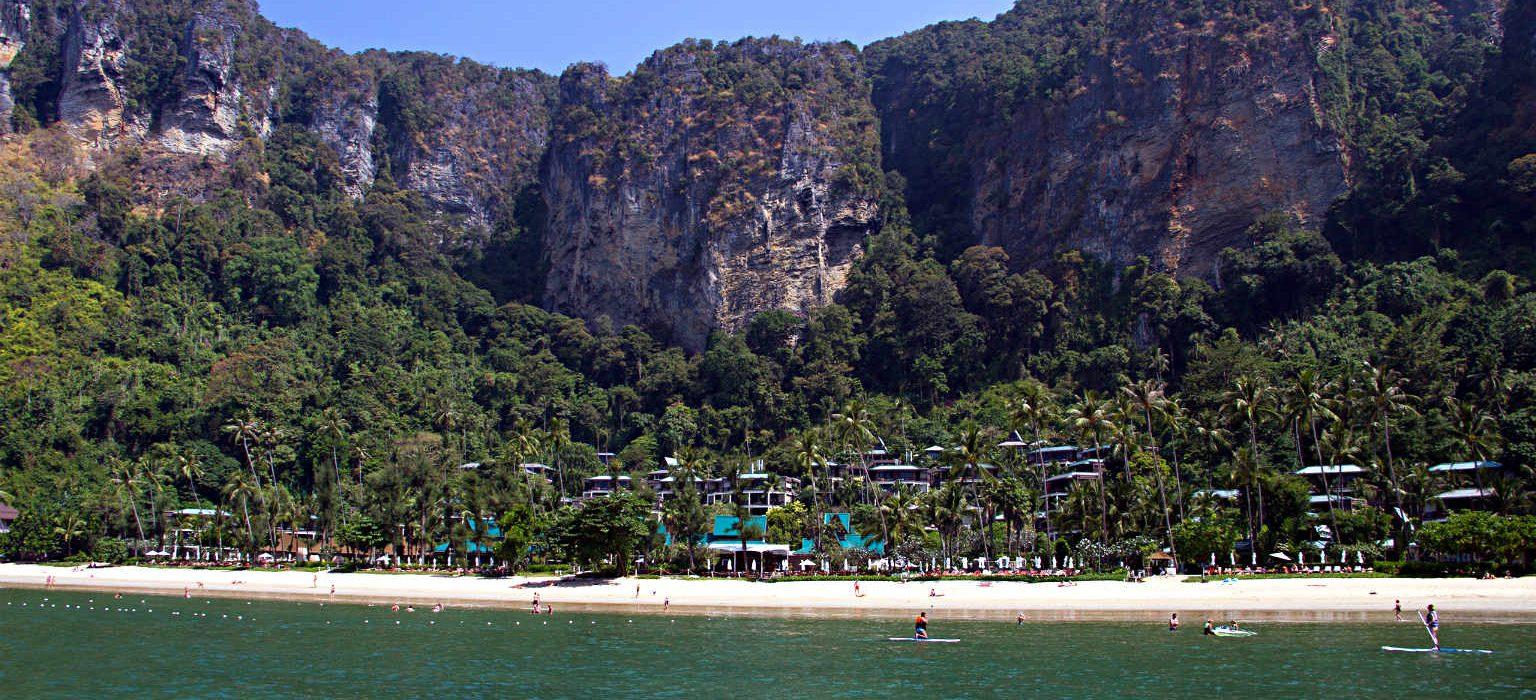 Strand en blauwe zee van Pai Plong Beach